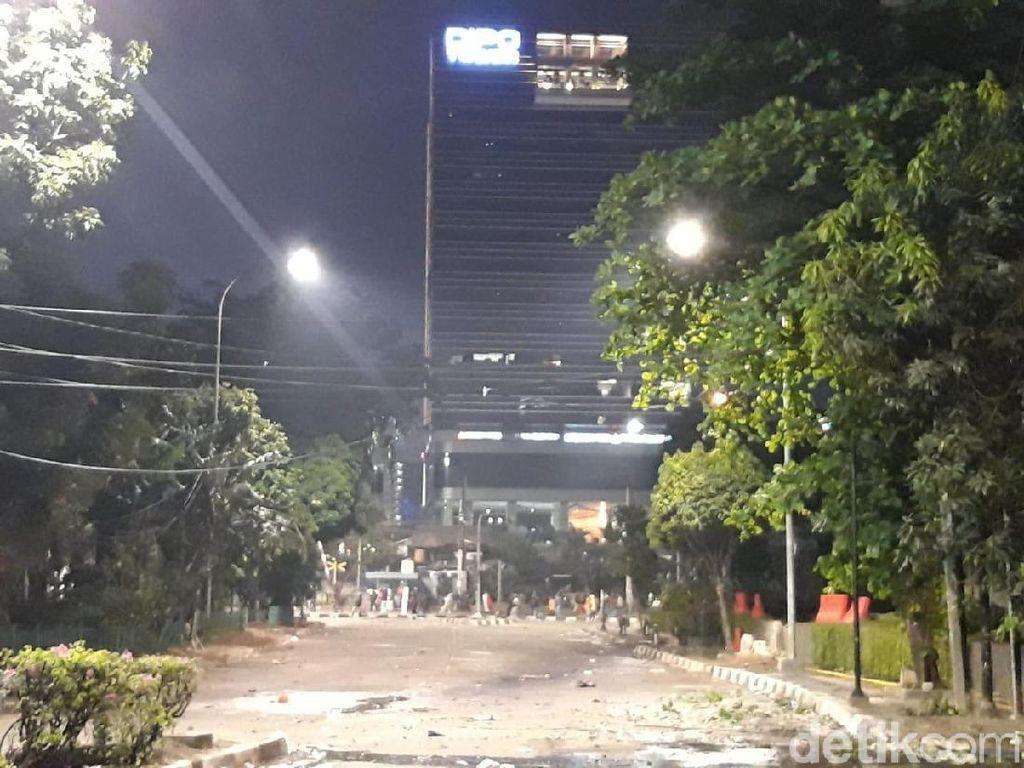 Polisi Pukul Mundur Massa Dekat BPK yang Lempar Petasan