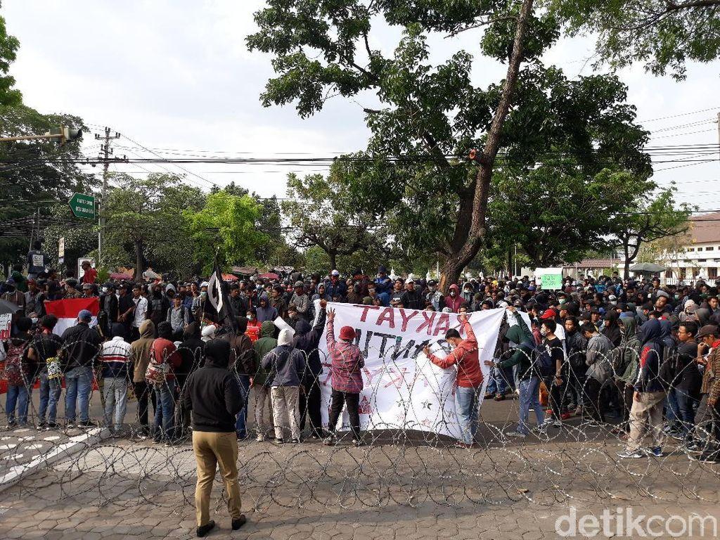 Demonstran Kembali Beraksi di DPRD Solo, Usung #SoloBergerak