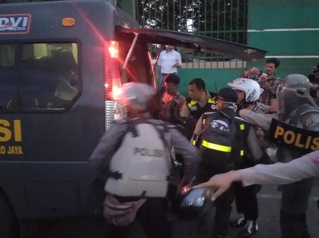 Massa Lempari Batu di Depan DPR, 1 Polisi Dilarikan ke Ambulans