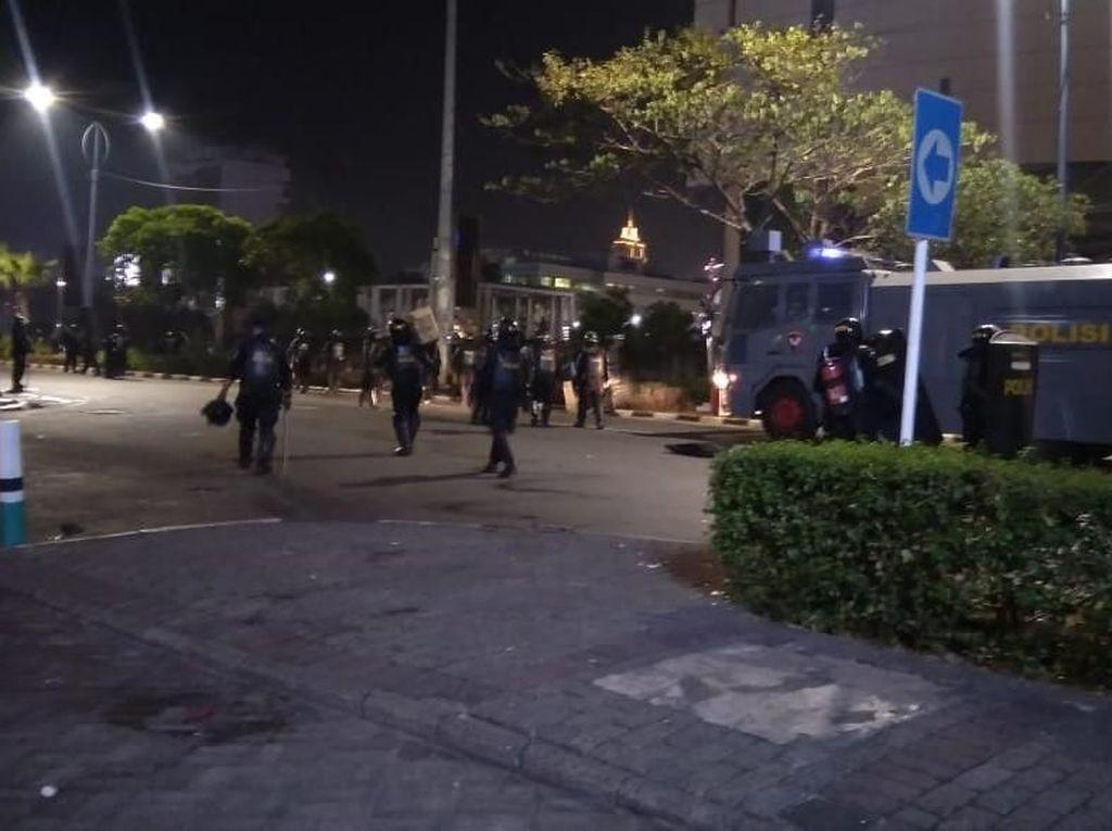 Polisi Pukul Mundur Massa di Jl Asia Afrika ke Arah Kebayoran
