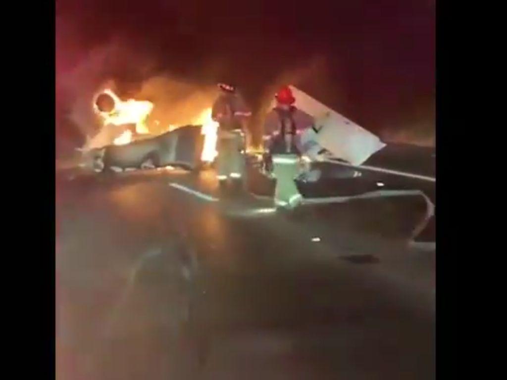 Video Pesawat Kecil Jatuh di Jalan Raya California