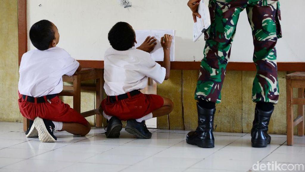 Antusias Anak-anak SD Miangas Belajar Bareng TNI