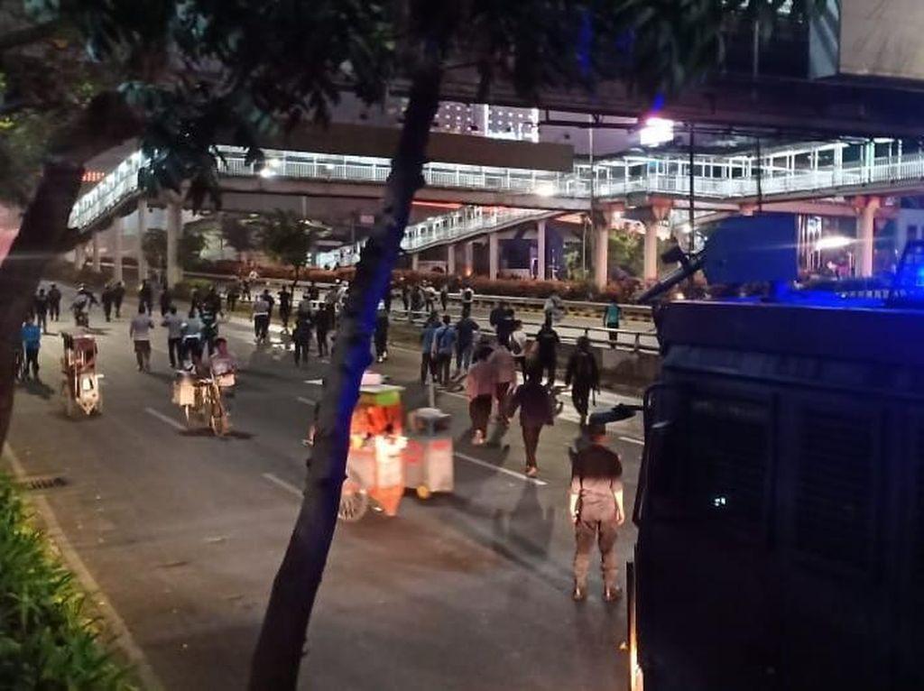 Ricuh di Semanggi, 3 Pedagang Kaki Lima Kocar-kacir Dorong Gerobak