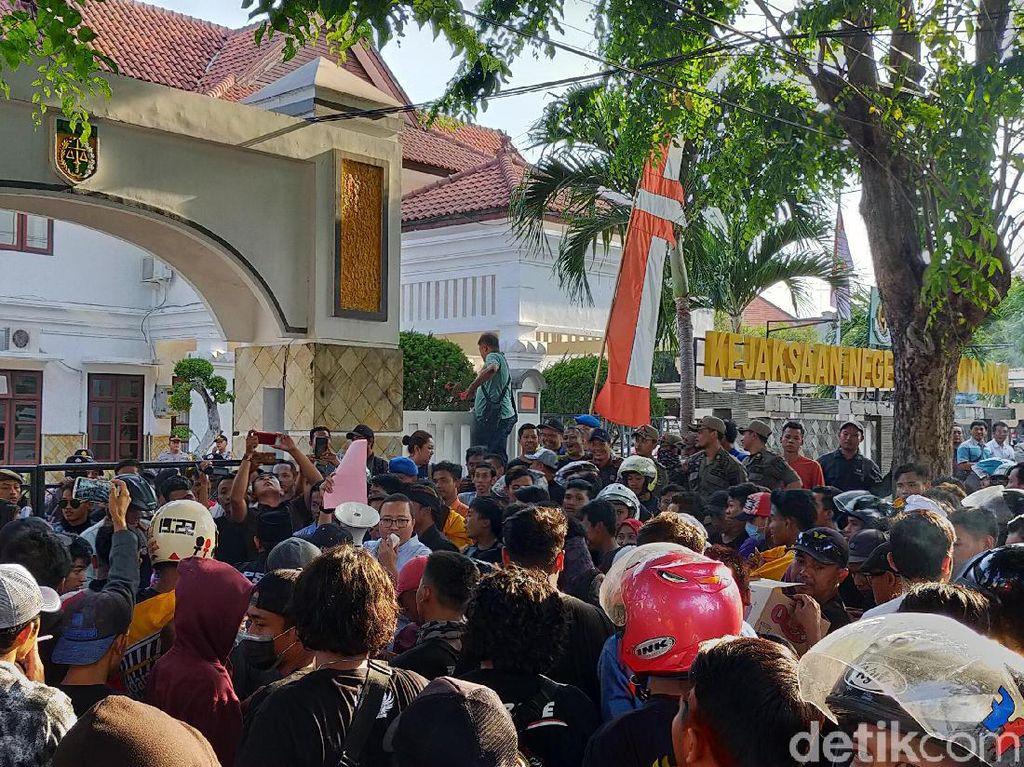 Tak Terima Anggotanya Ditahan, Ratusan Pendekar Geruduk Kejari Banyuwangi