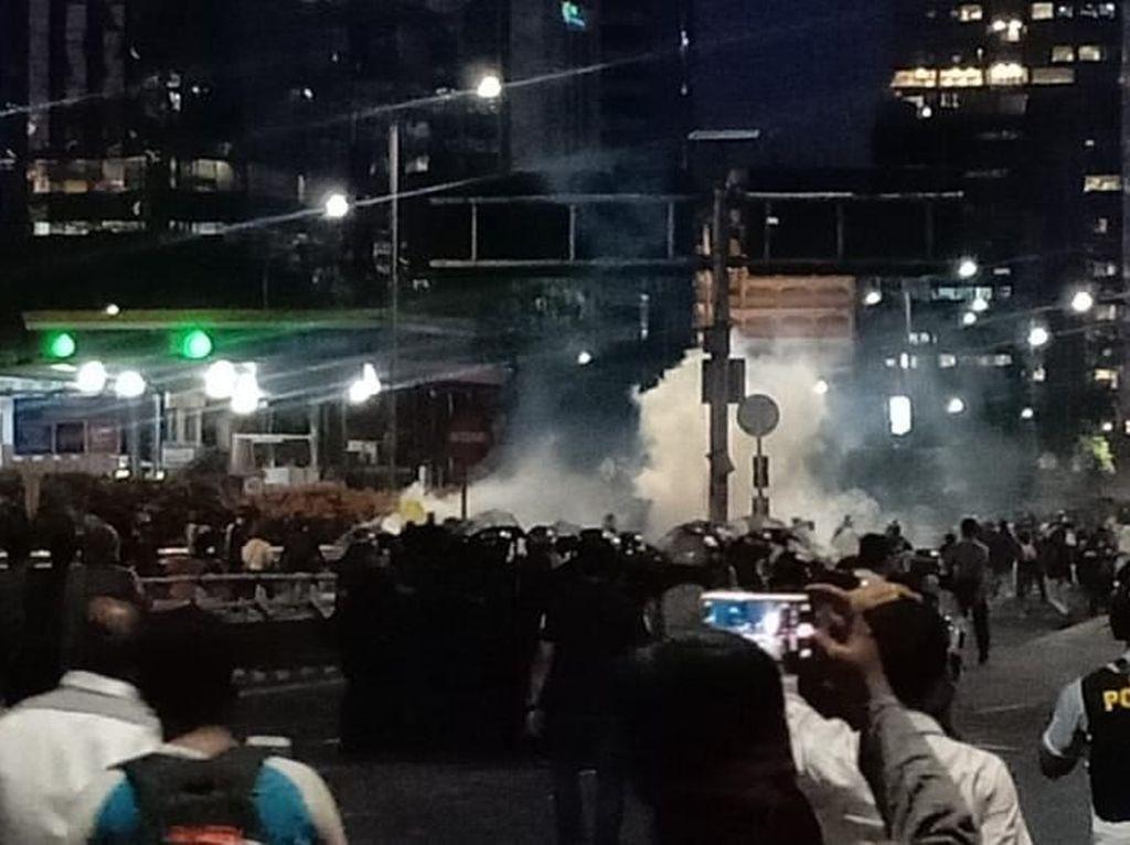 Massa Ricuh di Tol Semanggi, Polisi Keluarkan Tembakan Gas Air Mata