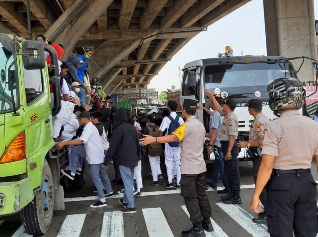 Mau ke DPR, 200 Pelajar Naik Truk Trailer Disetop di Tanjung Priok
