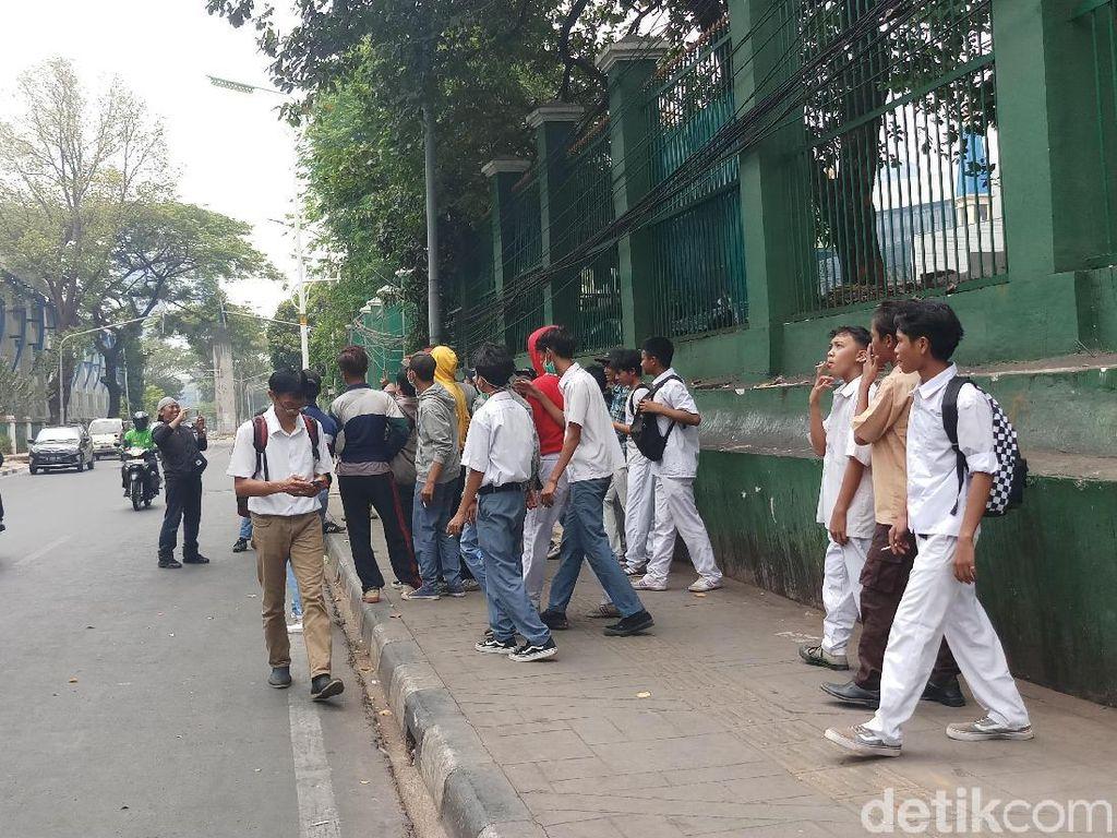 Massa Pelajar Mulai Datang di Belakang Gedung DPR