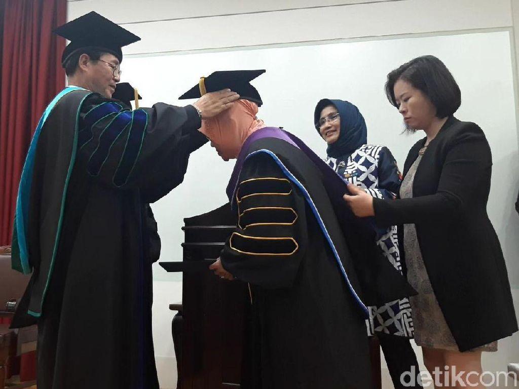 Risma Terima Gelar Doktor Kehormatan dari Tongmyong University di Korsel