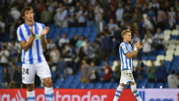 Real Sociedad's Martin Odegaard, right, cheers supports at the end of the match during the Spanish La Liga soccer match between Real Sociedad and Alaves at Reale Arena stadium, in San Sebastian, northern Spain, Thursday, Sept. 26, 2019. (AP Photo/Alvaro Barrientos)
