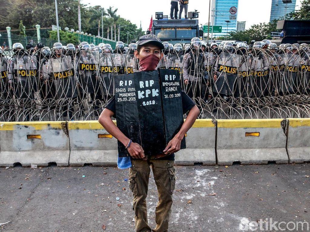 Ragam Poster Massa Aksi Demo Hari Ini