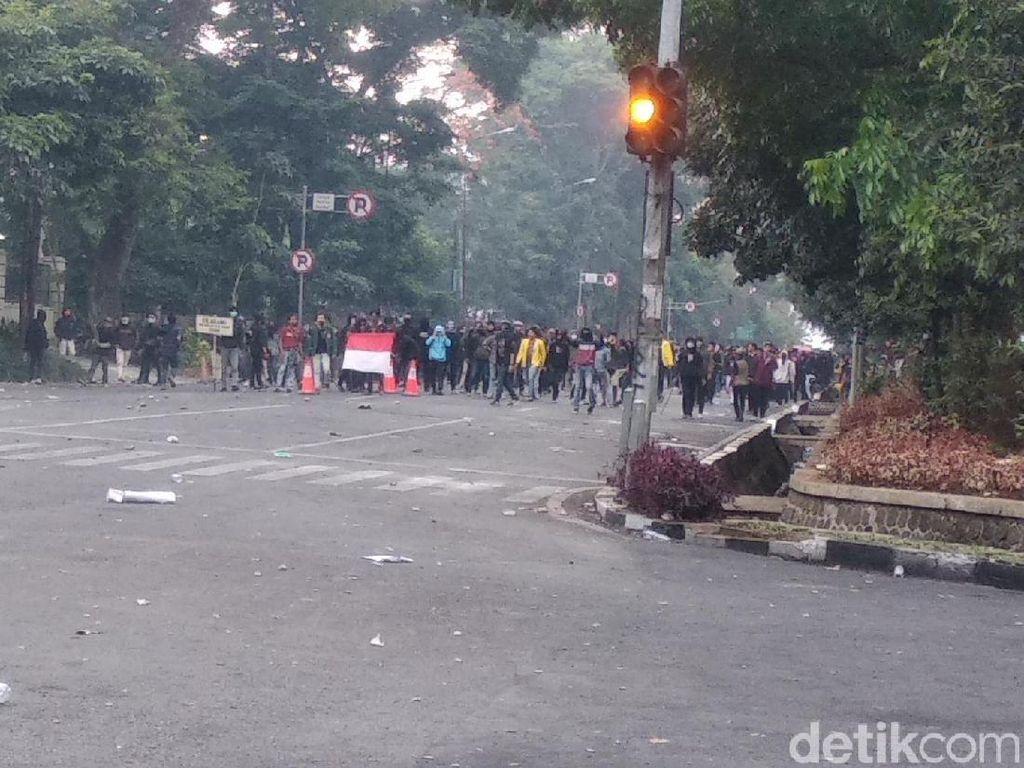 Bubar ke Dua Arah, Demonstran Bandung Terus Lempari Batu ke Polisi
