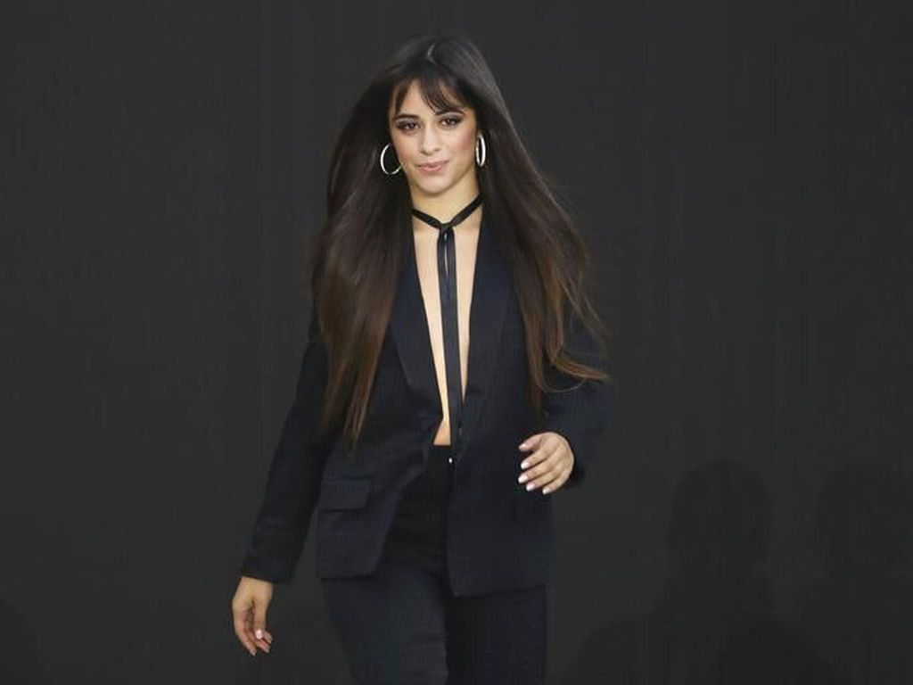 Foto: Gaya Seksi Tanpa Bra Camila Cabello di Paris Fashion Week