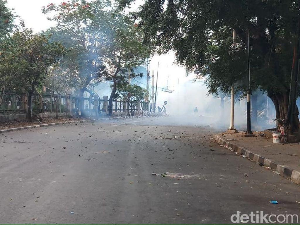 Ricuh di Belakang DPR, Polisi Pukul Mundur Massa dengan Gas Air Mata