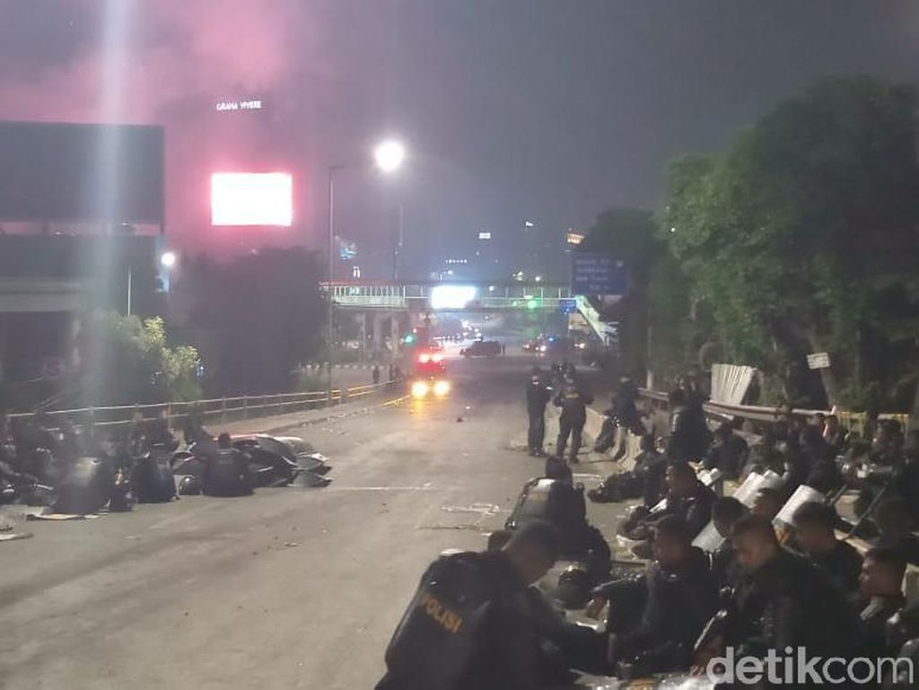 Antisipasi Massa, Polisi Masih Berjaga di Perempatan Slipi