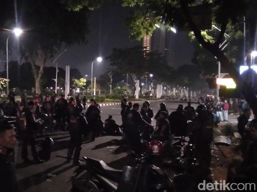 Massa Masih Bertahan di Dekat TVRI, Polisi Bersiaga