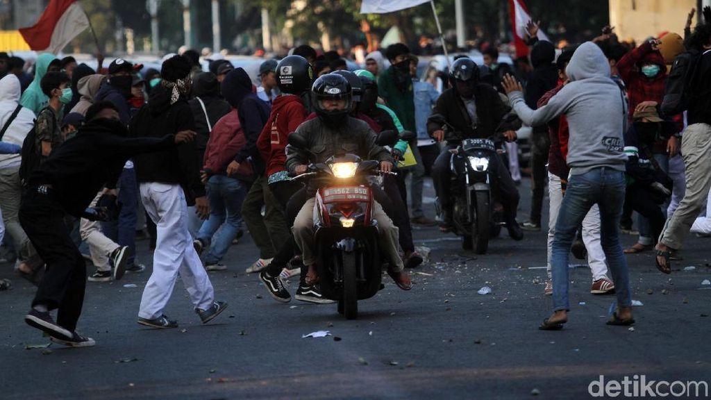 Momen Pengendara Terobos Demo Bentrok di Palmerah