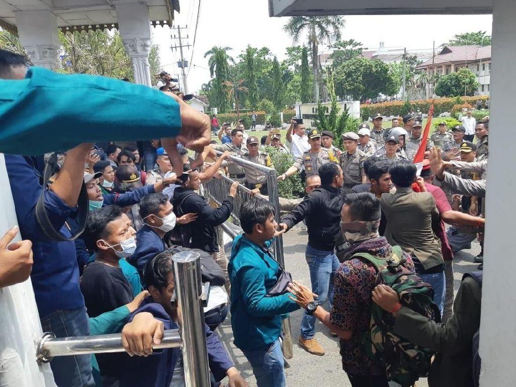 Demo Mahasiswa di Labuhan Batu Sumut Ricuh