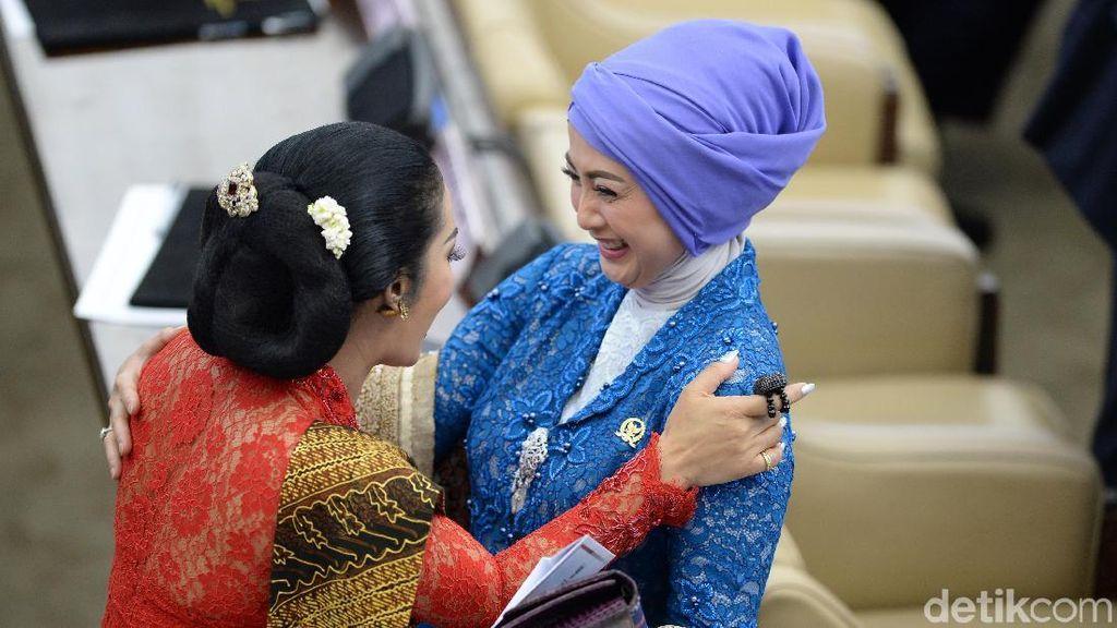 Tawa Ceria Desy, KD dan Mulan di Kursi Parlemen