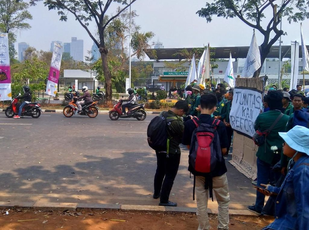 Tertahan di Depan TVRI, Mahasiswa Pegang Bunga Tanda Aksi Damai