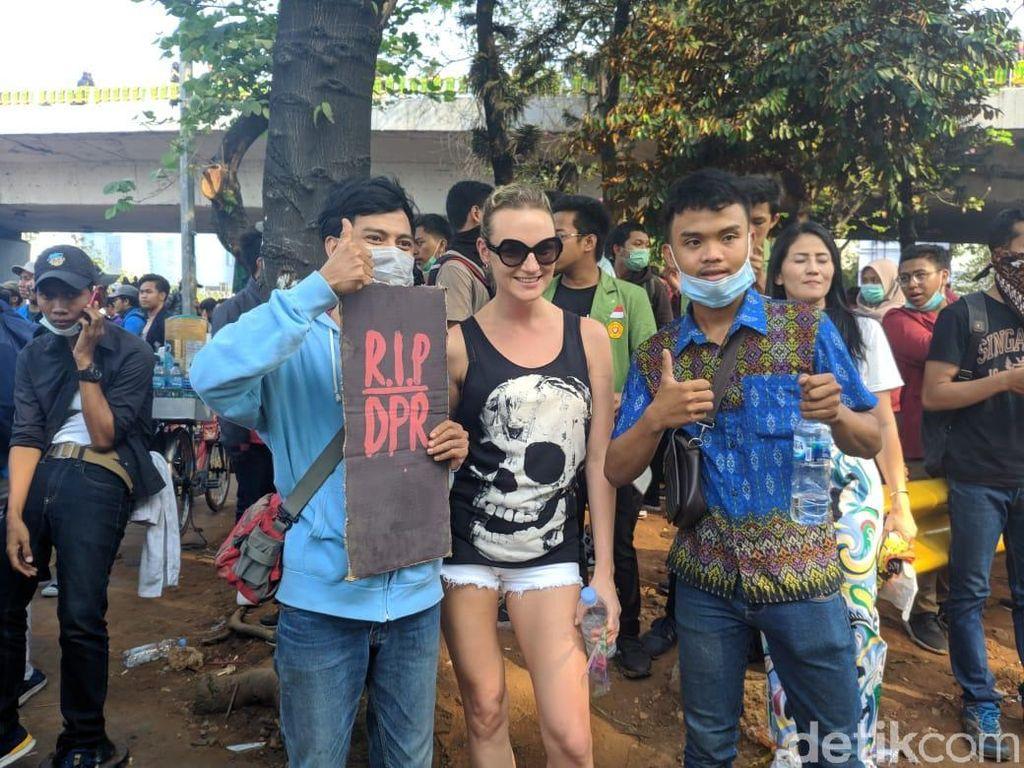 Bule Perempuan Berbaju Tengkorak Foto Bareng Massa Aksi di Dekat DPR