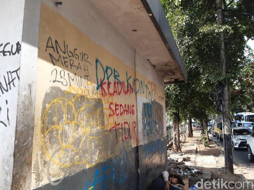 Infrastruktur Sekitar Palmerah Jadi Korban Vandalisme Pedemo