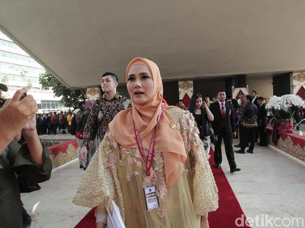 Mulan Jameela Tebar Senyum Jelang Pelantikan di DPR