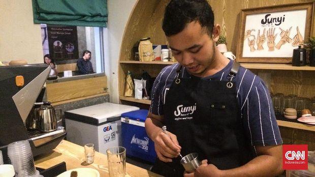 Andhika Prima Yutha, barista Sunyi House of Coffee and Hope membuktikan bahwa kondisinya tak halangi kecintaan untuk meracik kopi.