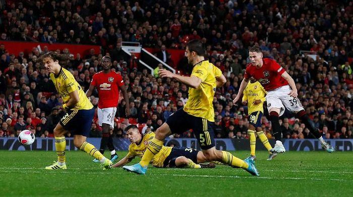 Arsenal dinilai seharusnya bisa membuat gol lebih banyak lagi saat bertandang ke Old Trafford dini hari tadi. (Jason Cairnduff/Reuters.)
