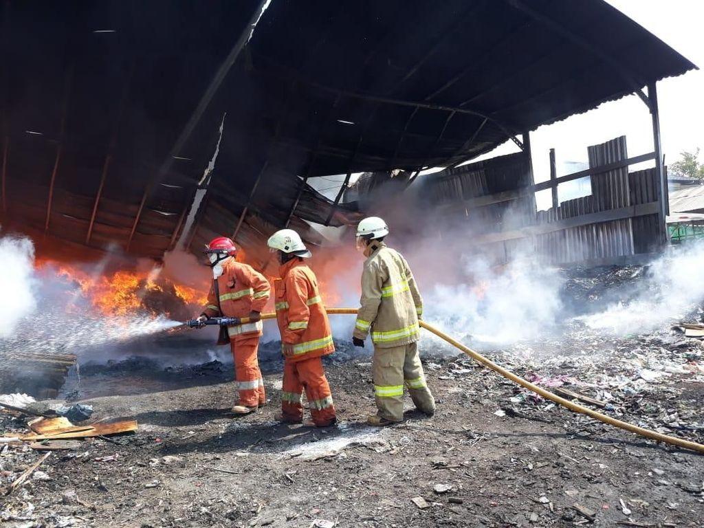 3 Truk di Gudang Kayu di Cakung Terbakar, 22 Mobil Damkar Dikerahkan