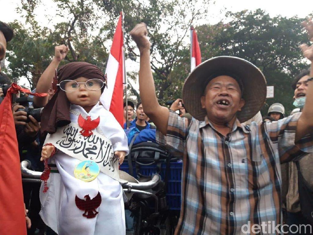 Saat Kakek Bawa Boneka Habib Bahar Ikut Kerumunan Demo Mahasiswa