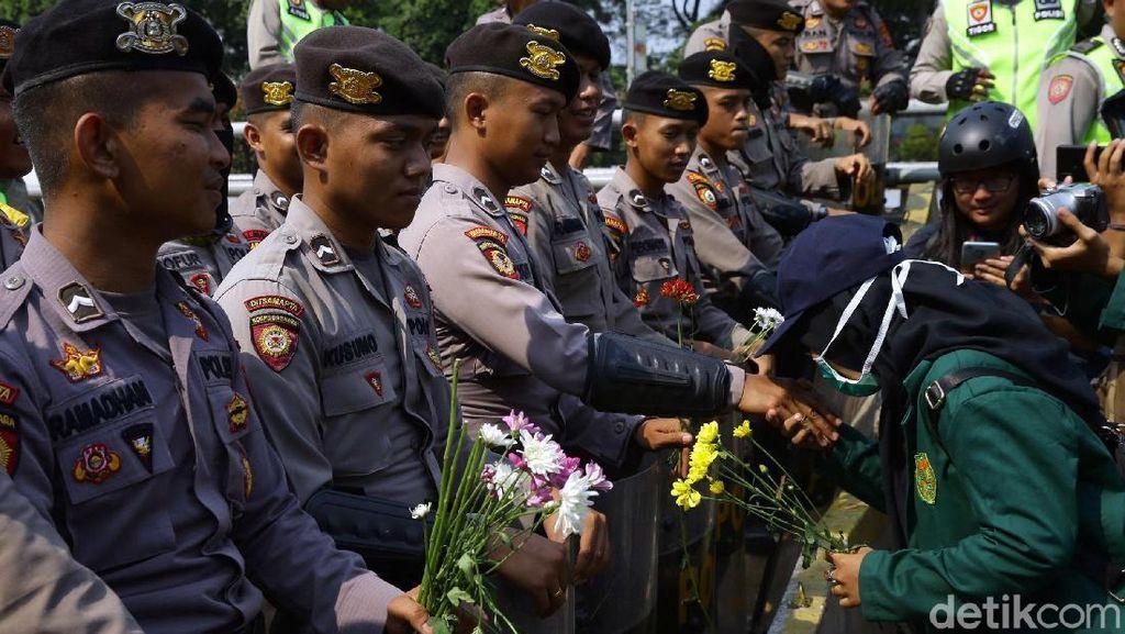 Salam Damai Bunga dari Mahasiswa untuk Polisi -TNI di DPR