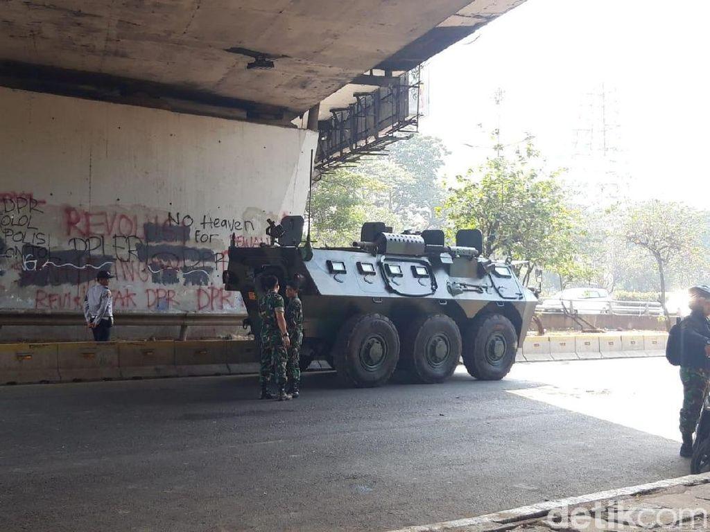 Jelang Pelantikan DPR dan Demo Mahasiswa, Panser TNI Siaga di Gatsu