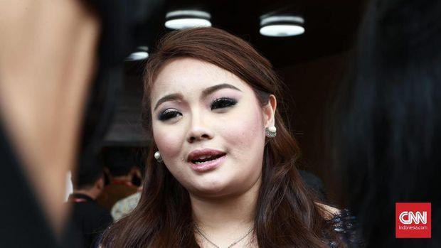 Hillary Brigitta Lasut jadi pimpinan sementara MPR, karena anggota termuda MPR Jialyka Maharani berasal dari fraksi DPD, fraksi yang sama dengan pimpinan semnetara MPR lainnya, Sabam Sirait.