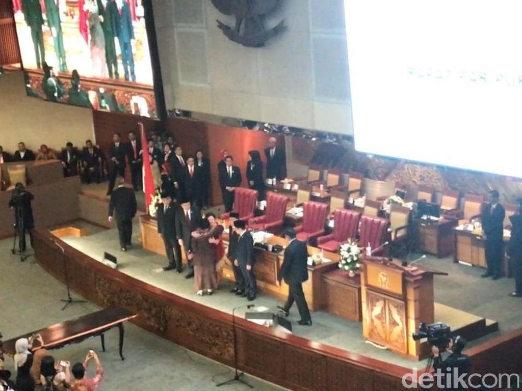 Pelukan Megawati ke Puan yang Resmi Dilantik Jadi Ketua DPR