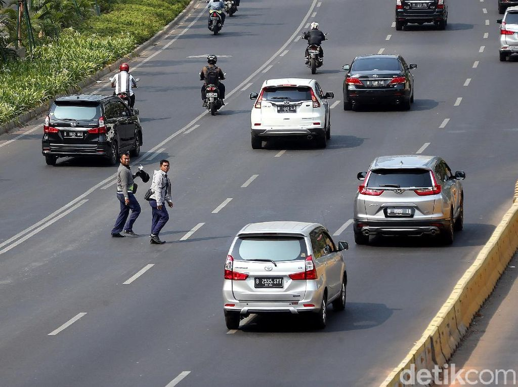 Duh Nekat, Warga Menyeberang Sembarangan di Jalan Sudirman
