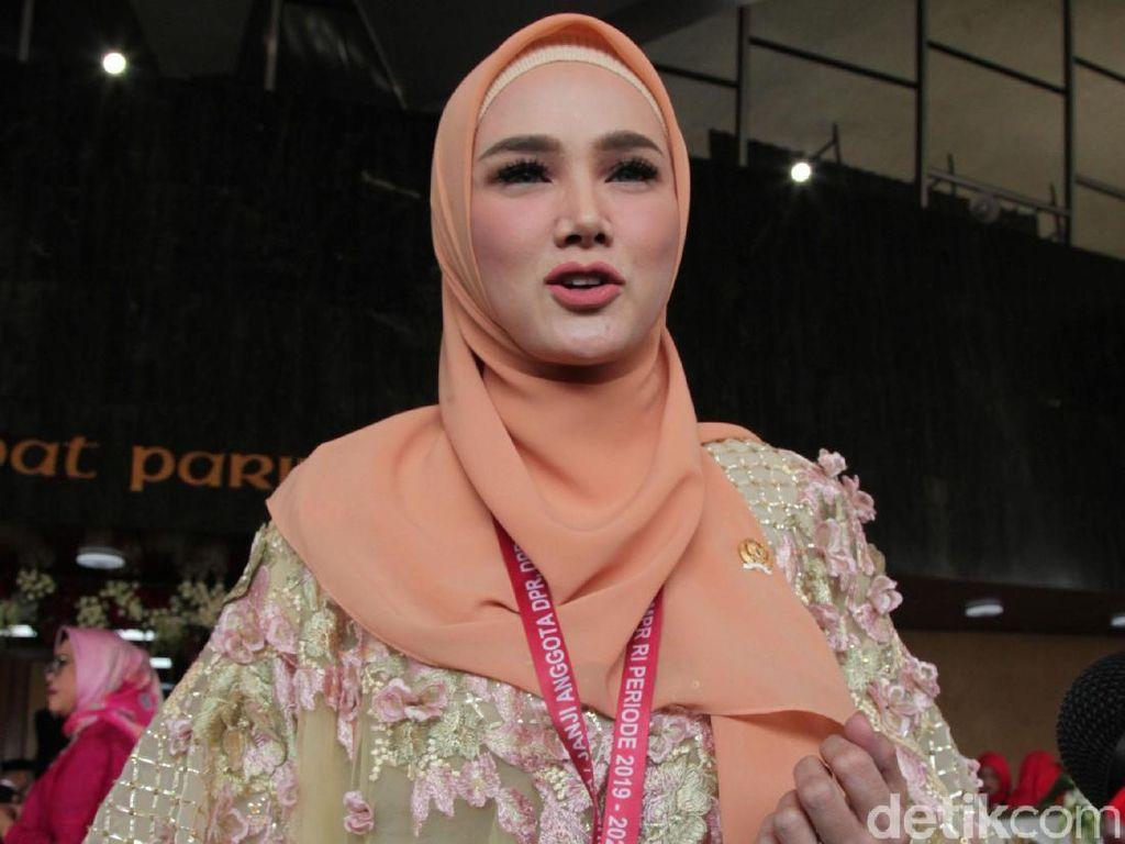 Netizen Ributkan Penampilan Mulan Jameela Tak Berhijab