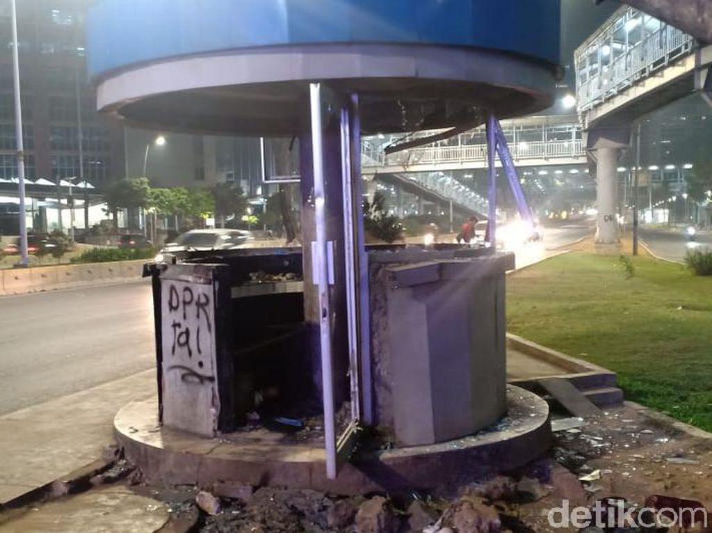 Pospol Depan Atma Jaya Dirusak Massa, Ada Tulisan Polisi Pembunuh