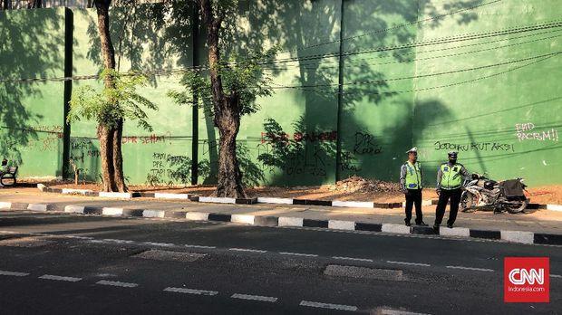 Aparat kepolisian sudah bersiaga di belakang gedung DPR.