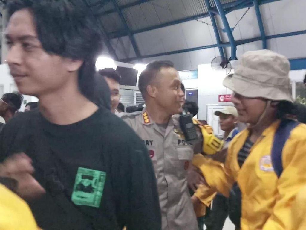 Aksi Damai Tuntas, Mahasiswa Diantar Personel TNI-Polri ke Stasiun Palmerah