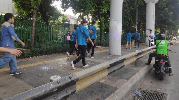 Massa Mahasiswa dan Pelajar Bergerak dari JCC ke Depan DPR