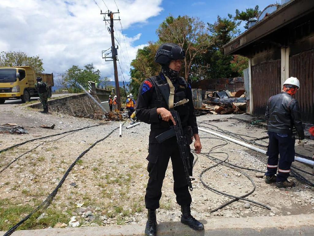 Perbaikan Listrik Pascarusuh di Wamena Dikawal Polisi & Tentara