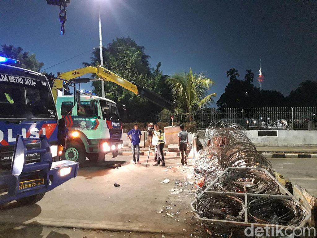 Polisi Mulai Buka Beton Penutup Jalan Gatot Subroto Depan DPR