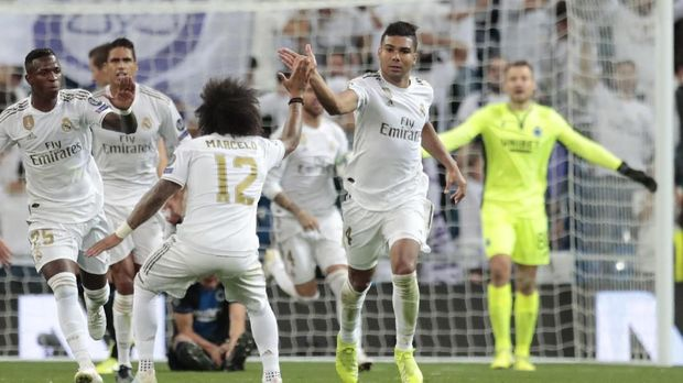 Real Madrid's Casemiro, right, celebrates his goal against Brugge during the Champions League group A soccer match between Real Madrid and Club Brugge, at the Santiago Bernabeu stadium in Madrid, Tuesday, Oct. 1, 2019. (AP Photo/Bernat Armangue)