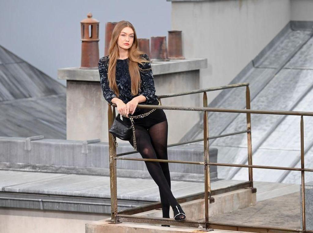 Ada Pengacau di Fashion Show Chanel, Gigi Hadid Maju Gantikan Security
