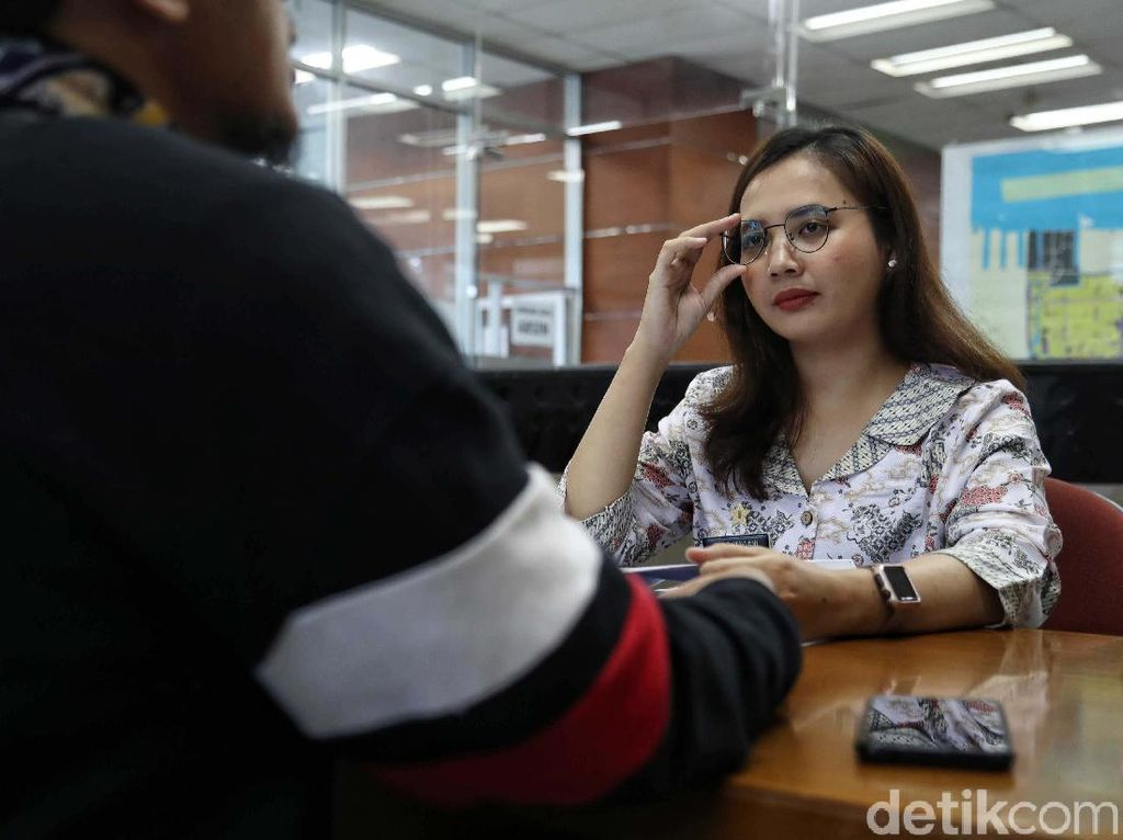 Melihat PNS Jakarta Utara Layani Warga di Hari Batik