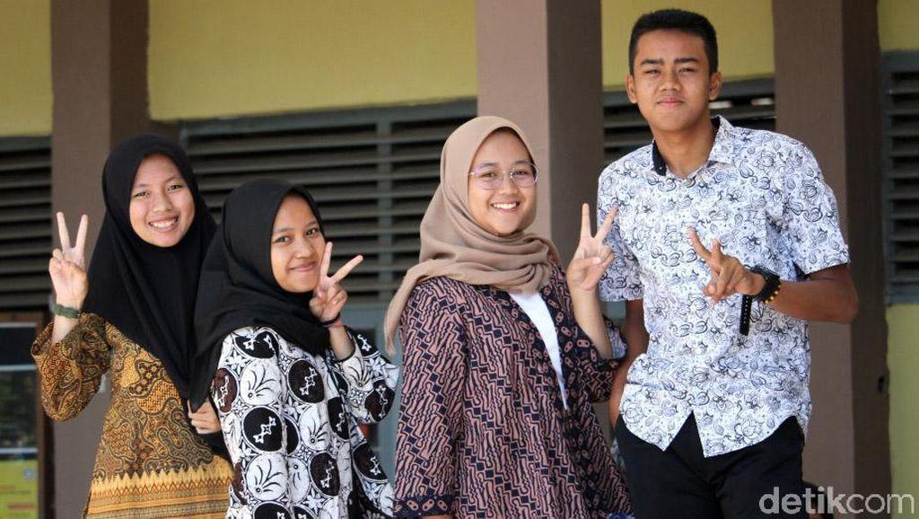 Potret Pelajar di Kabupaten Bandung Kompak Kenakan Batik