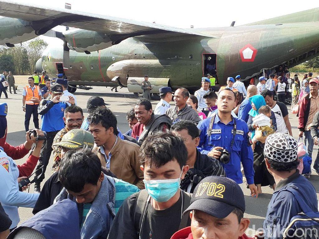 Khofifah Jemput Pengungsi Wamena Asal Jatim di Lanud Abdulrachman Saleh