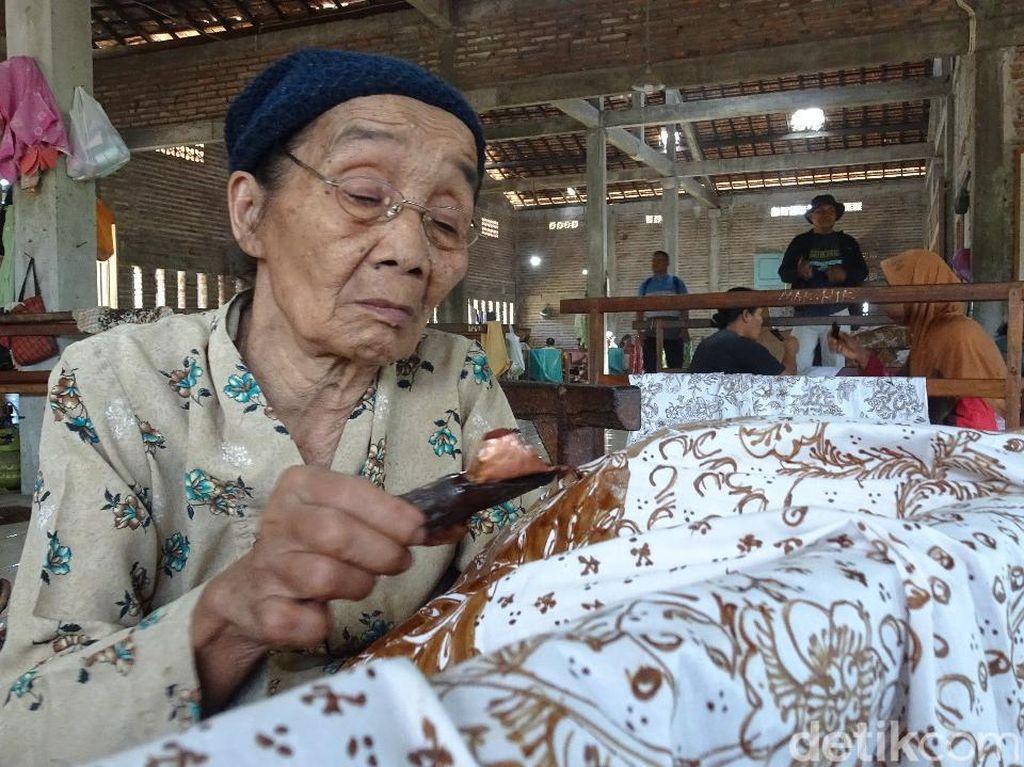 Mbah Sripah di Rembang, di Usia 87 Tahun Masih Jernih Membatik