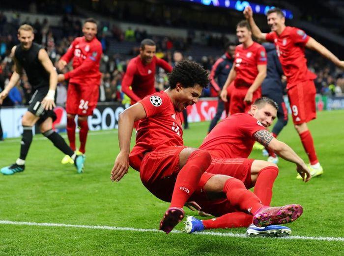 Serge Gnabry dikerjai selepasn menjadi bintang kemenangan Bayern Munich atas Tottenham Hotspur. (Foto: Eddie Keogh/Reuters)