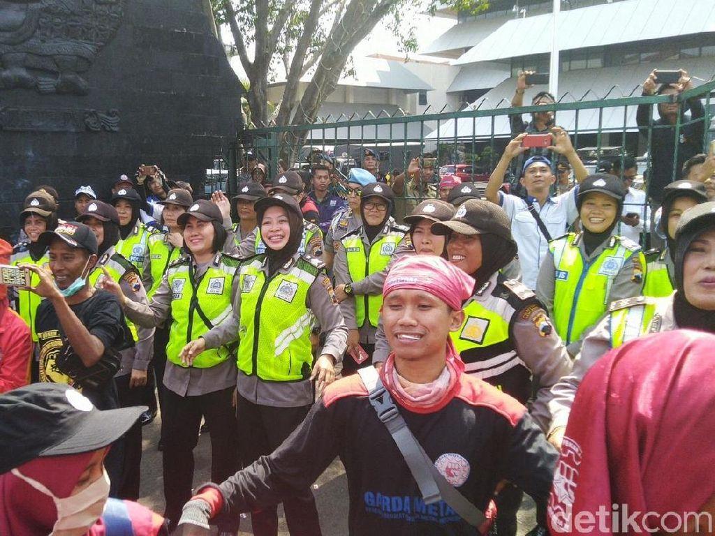 Demo Adem, Buruh dan Polisi Flashmob Entah Apa yang Merasukimu
